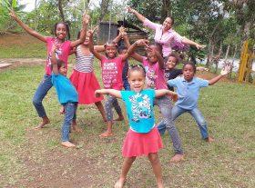 Niños y niñas aprendiendo jugando.